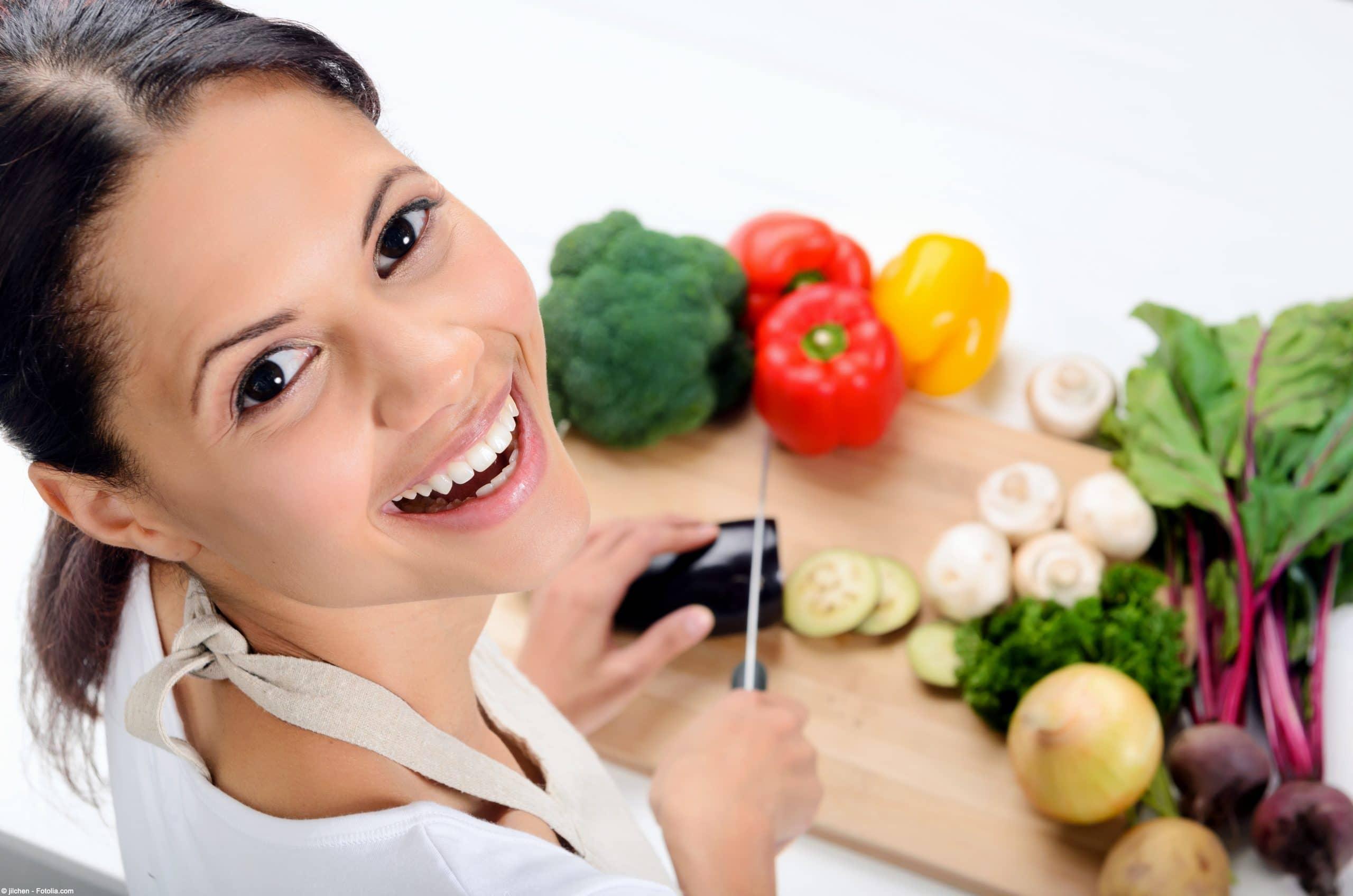 Frau die Gemüse schneidet
