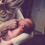 Frau mit Neugeborenem
